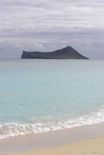 Hawai'i : Manana Island (Rabbit Island) : A view from Waimanalo Beach on the island of O'ahu.